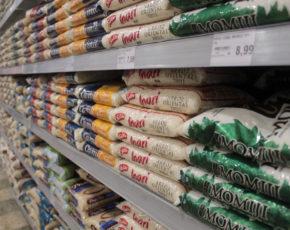 Sacos de arroz em prateleira de mercado